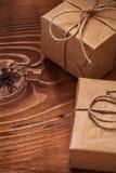 2 винтажных подарочной коробки на деревянных досках Стоковое Изображение RF