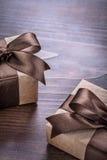 2 винтажных подарочной коробки с коричневыми лентами на старой Стоковое Фото