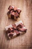 2 винтажных подарочной коробки с коричневыми смычками на старой Стоковое фото RF