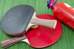 2 винтажных ракетки настольного тенниса и бутылка с водой Стоковое фото RF