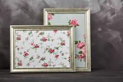 2 винтажных рамки фото с розами текстуры на затрапезной серой предпосылке Стоковые Изображения RF
