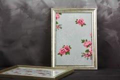 2 винтажных рамки фото с розами текстуры на затрапезной серой предпосылке Стоковые Фотографии RF