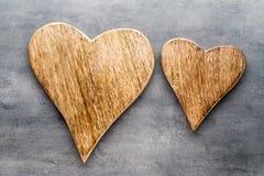 2 винтажных сердца на серой предпосылке металла Стоковые Изображения