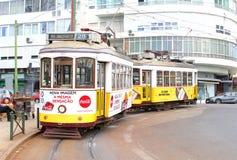 2 винтажных трамвайная линия трамваев 28, Лиссабон, Португалия Стоковая Фотография