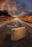 2 винтажных чемодана на дороге через пустыню Стоковая Фотография RF