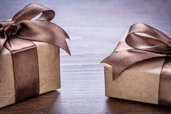 2 винтажных giftboxes pepr с коричневым цветом обхватывают на старой Стоковое Фото