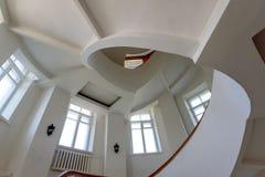 Винтовая лестница с желтыми banisters и белыми стенами стоковые фотографии rf