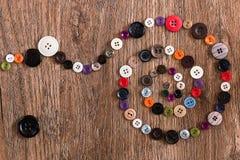 Винтовая линия красочный шить застегивает на деревянной предпосылке Стоковое Изображение