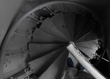 Винтовая лестница в старом конце поезда вверх по спиралям и спуская линиям лестниц стоковая фотография