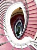 винтовая лестница красного цвета ковра Стоковое Изображение