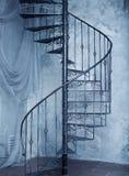 Винтовая лестница металла против старой предпосылки стены Стоковая Фотография RF