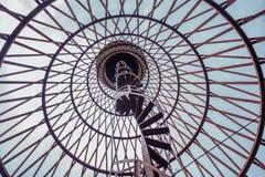 Винтовая лестница ржавой покинутой водонапорной башни Первое hyperboloid инженера Shukhovl Стоковое Фото