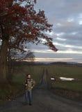 Винтовка нося человека на дороге Стоковое Изображение RF