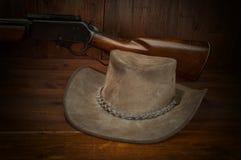 винтовка шлема ковбоя стоковые фото