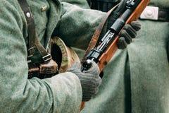Винтовка Mauser в руках немецкого солдата Стоковые Фото