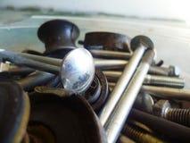 Винты, болты, гайки и крупный план шайб в гараже Стоковая Фотография RF