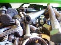Винты, болты, гайки и крупный план шайб в гараже Стоковые Изображения