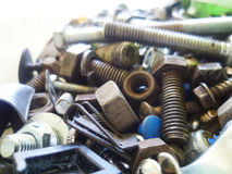 Винты, болты, гайки и крупный план шайб в гараже Стоковое Изображение RF