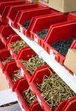 Винты в красной коробке в рынке стоковое фото