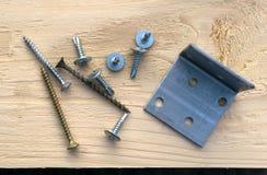 Винты и угол металла лежат на предпосылке стоковые изображения rf