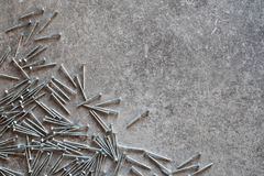 Винты металла на таблице серого цвета grunge Стоковые Фото