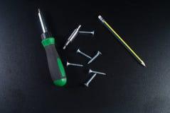Винты, отвертка и карандаш Стоковая Фотография