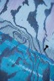 Винт на покрашенной доске стоковое фото rf