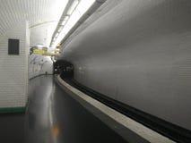 двиньте под углом метро дневного освещения конструкции цвета зодчества новая голубого пустого самомоднейшая никто взгляд тоннеля  Стоковое Фото