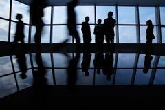 двиньте под углом людей соучастника офиса бизнесмена дела слушая софа низких сидя для того чтобы осмотреть Стоковое Изображение