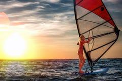 Виндсерфинг, потеха в океане, весьма спорт Образ жизни женщины Стоковое Изображение RF