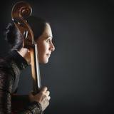 виолончель воодушевила женщину профиля Стоковое фото RF