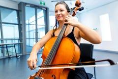 виолончель играя женщину Стоковое Изображение RF