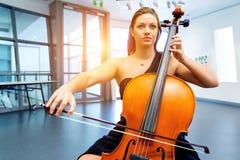 виолончель играя женщину Стоковое Фото