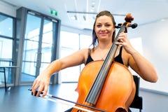 виолончель играя женщину стоковые изображения rf