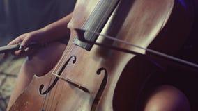 Виолончелист игрока виолончели играя violoncello Классическая музыкальная аппаратура акции видеоматериалы