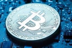 Виртуальная валюта золотое bitcoin на предпосылке напечатанный Стоковое Фото