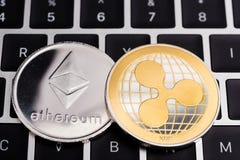 Виртуальная валюта монеток Ethereum и пульсации XRP финансирует деньги стоковая фотография