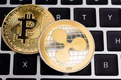 Виртуальная пульсация XRP и монетки Bitcoin валюта финансируют деньги стоковое изображение