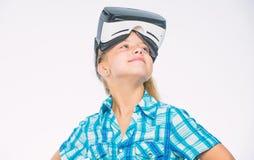 Виртуальная реальность потеха для всех возрастов Девушка ребенк со стеклами vr Игры детской игры виртуальные с современным прибор стоковые изображения