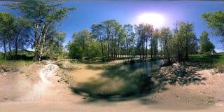Виртуальная реальность UHD 4K 360 VR реки пропускает над утесами в красивом ландшафте леса горы акции видеоматериалы