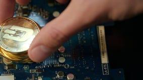 Виртуальное дело cryptocurrency Dashcoin золота на монтажной плате сток-видео