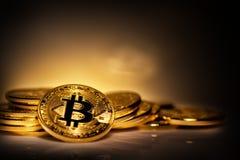 Виртуальное bitcoin валюты на куче разбросанных монеток Стоковое фото RF