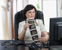 Виртуальные экзамены доктора на результатах ультразвука груди стоковая фотография