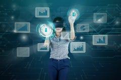 Виртуальная реальность коммерсантки нося с виртуальным экраном Стоковая Фотография