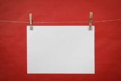 Висеть белой бумаги примечания памяти на шнуре Стоковые Изображения RF