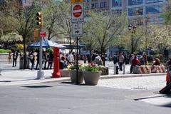Висеть вне на парке NYC соединения квадратном стоковое фото