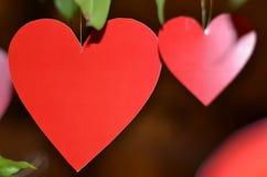 Висеть 2 декоративный красный сердец Стоковое Изображение