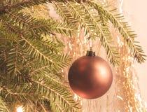 Висеть на ветви шарика рождества звезды абстрактной картины конструкции украшения рождества предпосылки темной красные белые Винт Стоковая Фотография