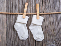висеть товаров clothesline младенца Носки младенца белые на зажимке для белья Стоковые Изображения RF