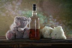 Виски бербона 2 2 плюшевых медвежоат пьяный Стоковое фото RF